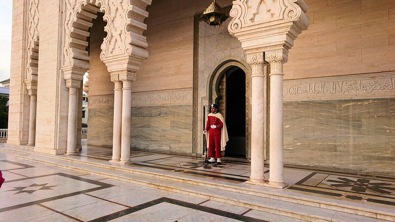 ラバトのムハンマド5世霊廟に入場して行きます2