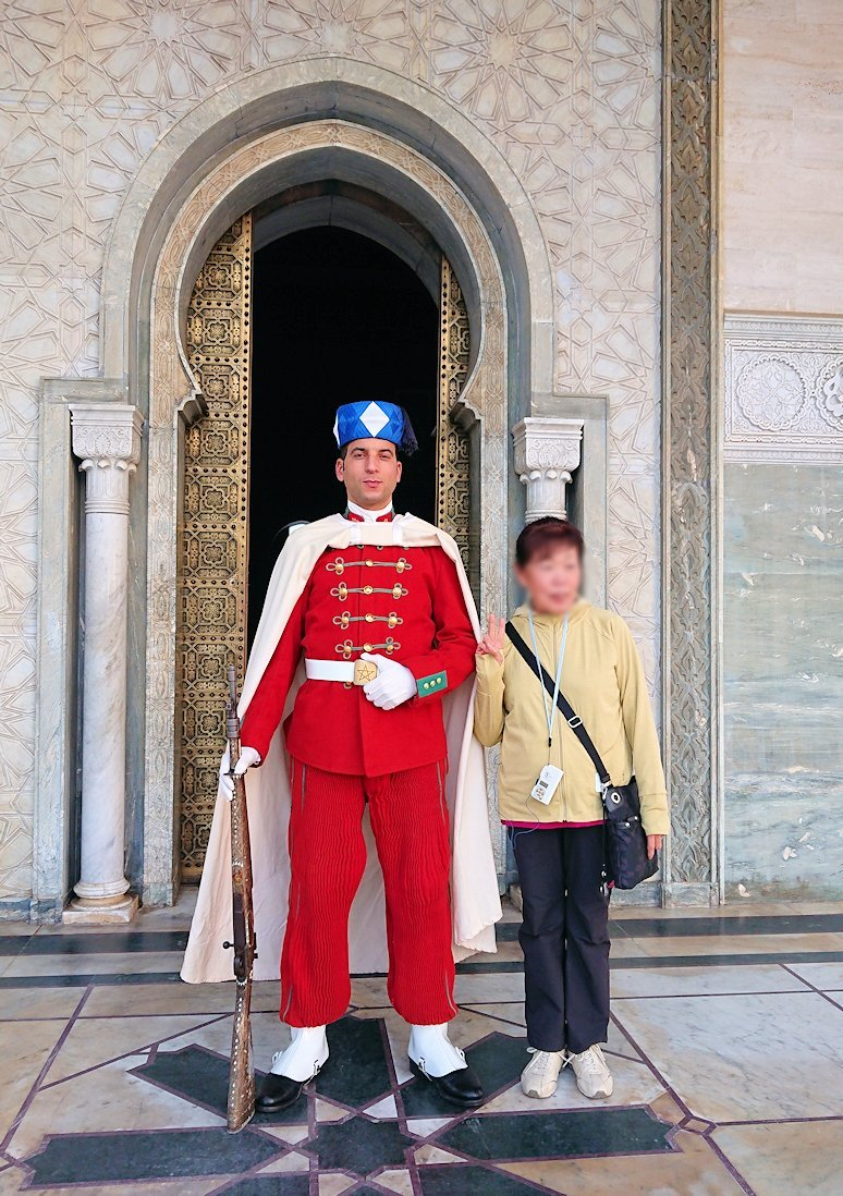 ラバトのムハンマド5世霊廟を守る兵隊さんと記念撮影