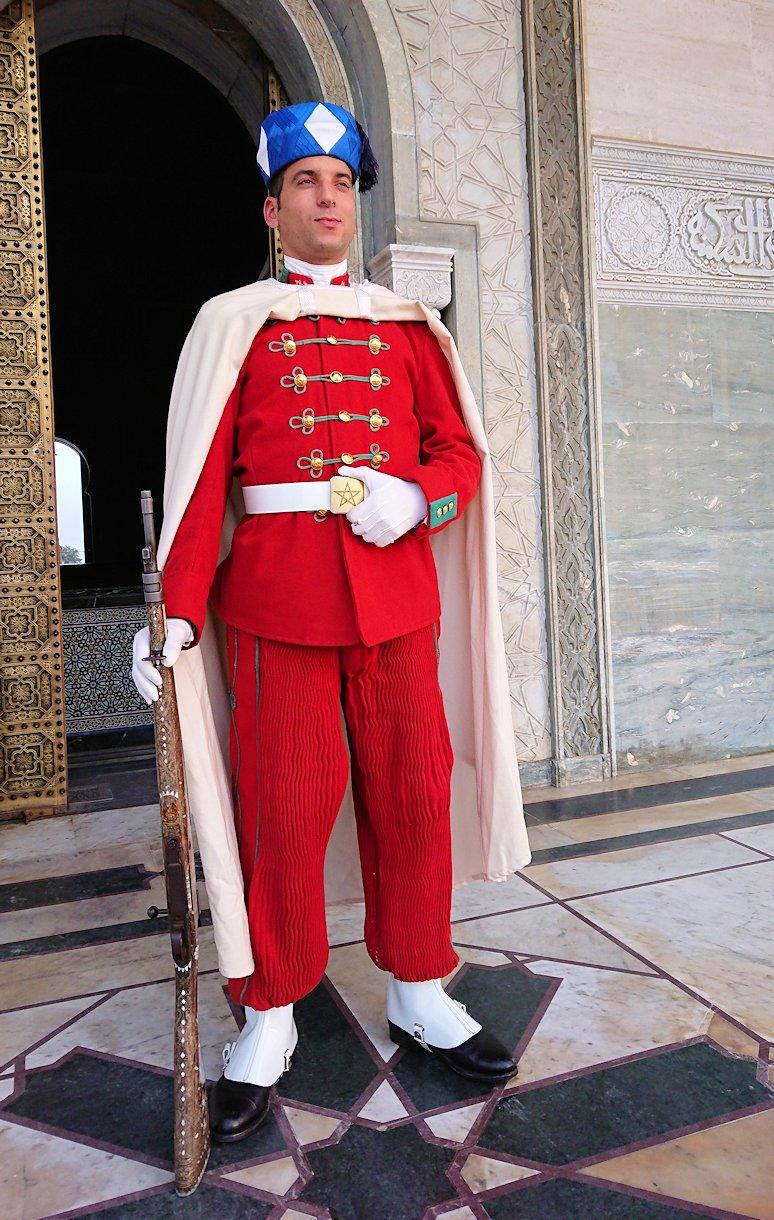 ラバトのムハンマド5世霊廟を守る兵隊さんと記念撮影2