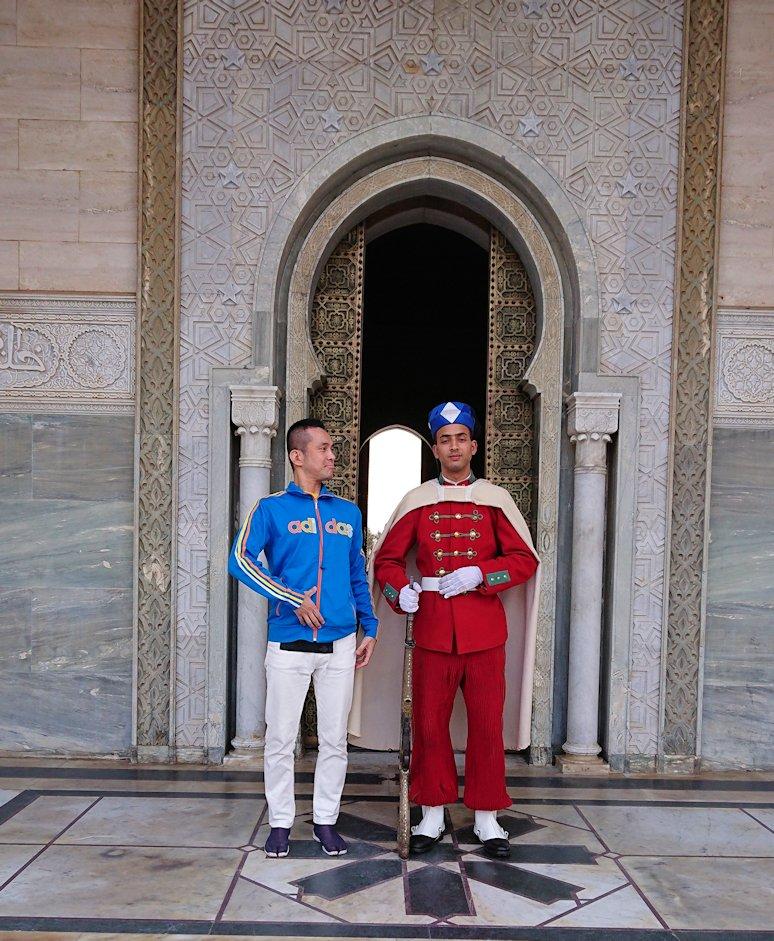 ラバトのムハンマド5世霊廟を守る兵隊さんと記念撮影5