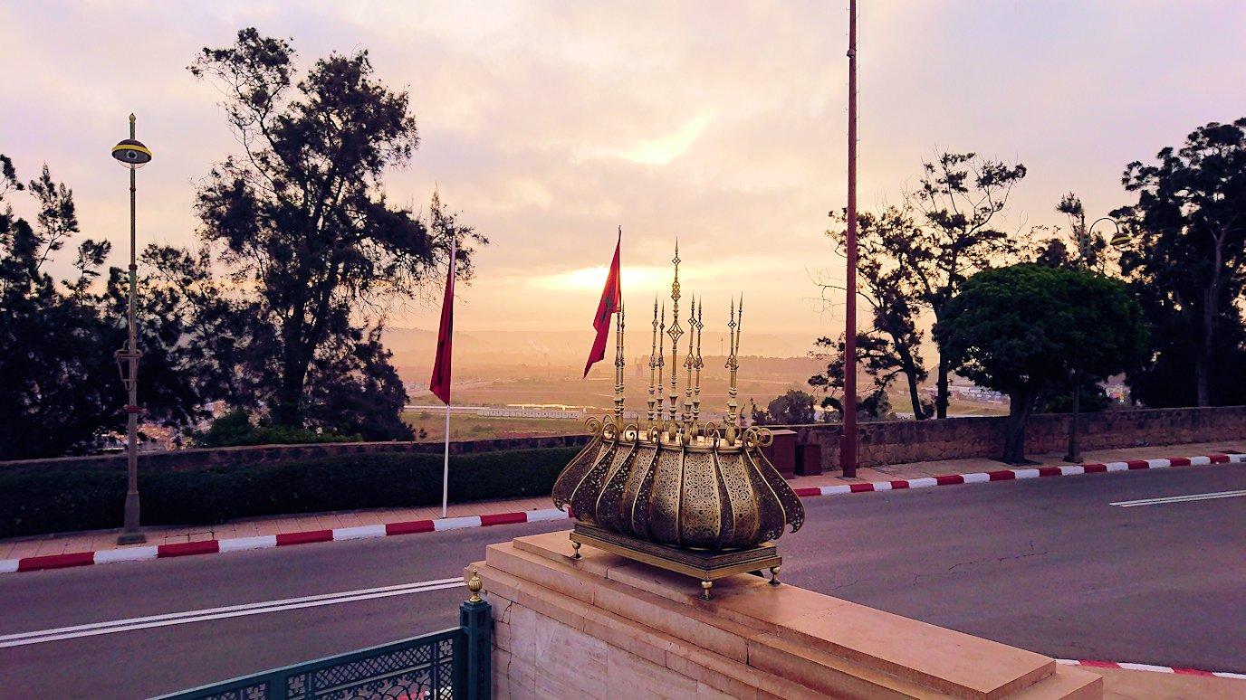 ラバトのムハンマド5世霊廟を出る