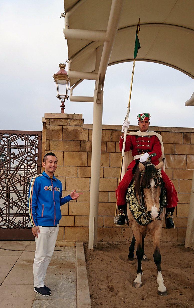 ラバトのハッサンの搭前の馬に乗った兵隊さんとたわむれる2