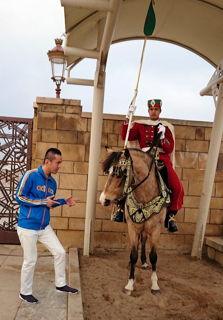 ラバトのハッサンの搭前の馬に乗った兵隊さんとたわむれる3