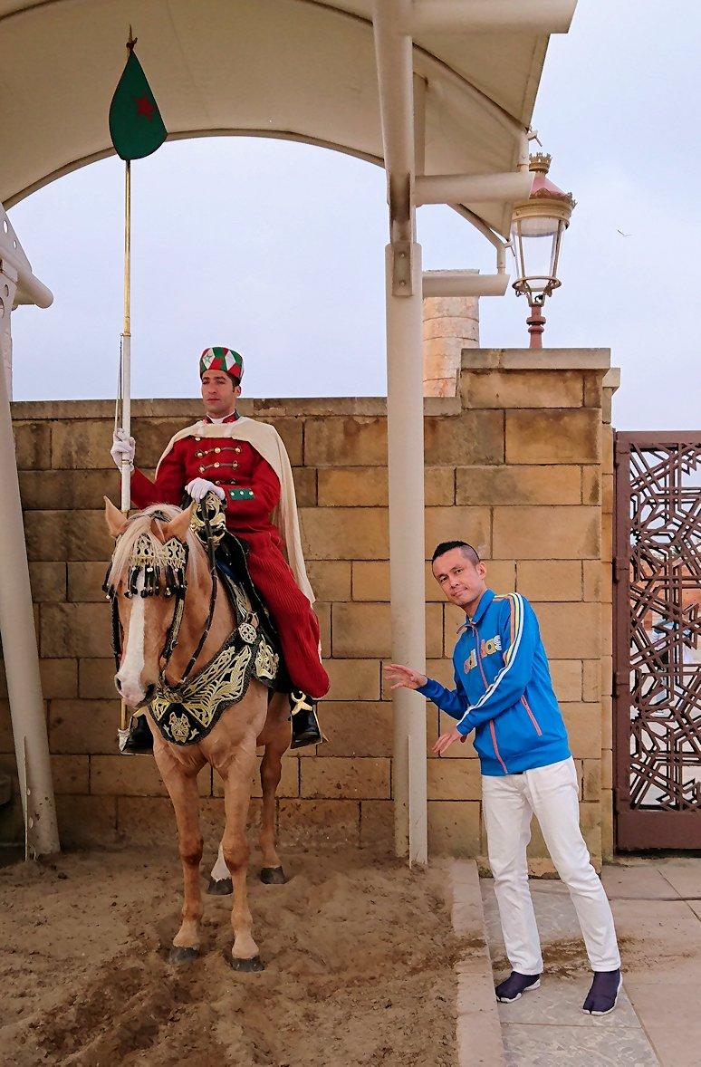 ラバトのハッサンの搭前の馬に乗った兵隊さんとたわむれる5