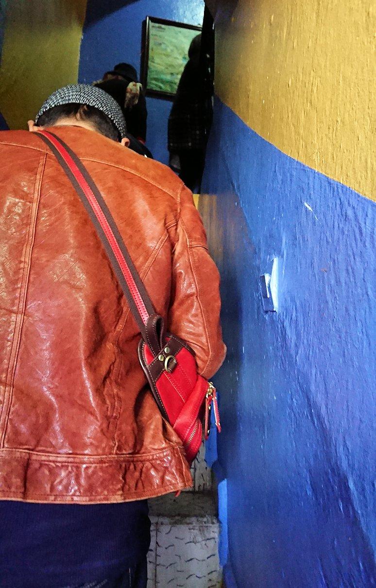 """""""青の街""""シャウエンのメディナをレストランで上に登る"""