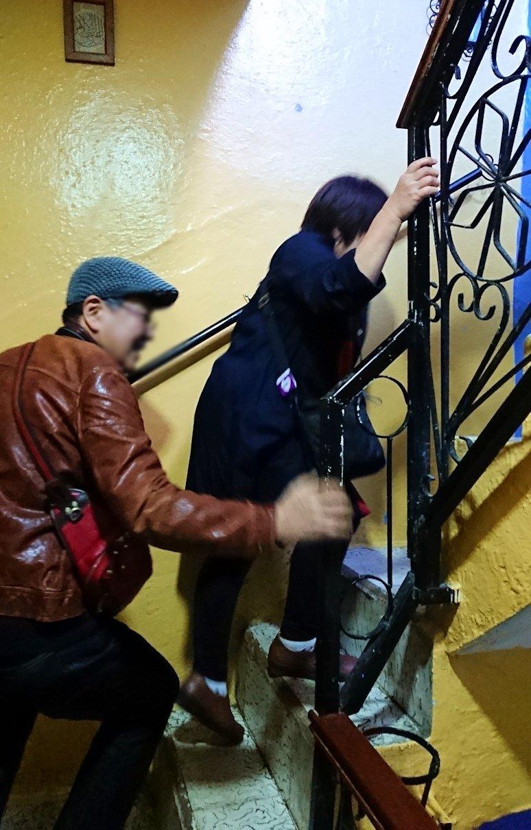 """""""青の街""""シャウエンのメディナをレストランで上に登る2"""