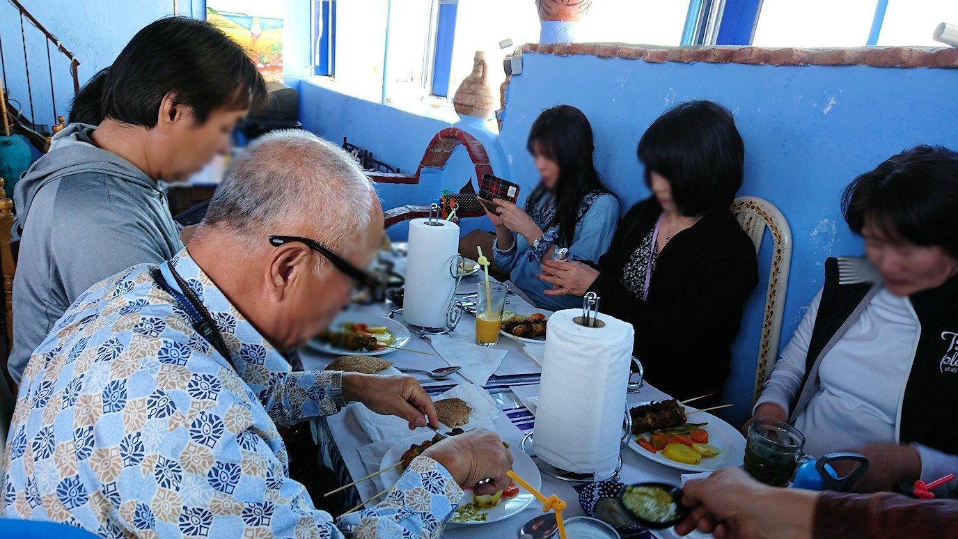 シャウエンのレストランにて昼食を食べる様子3