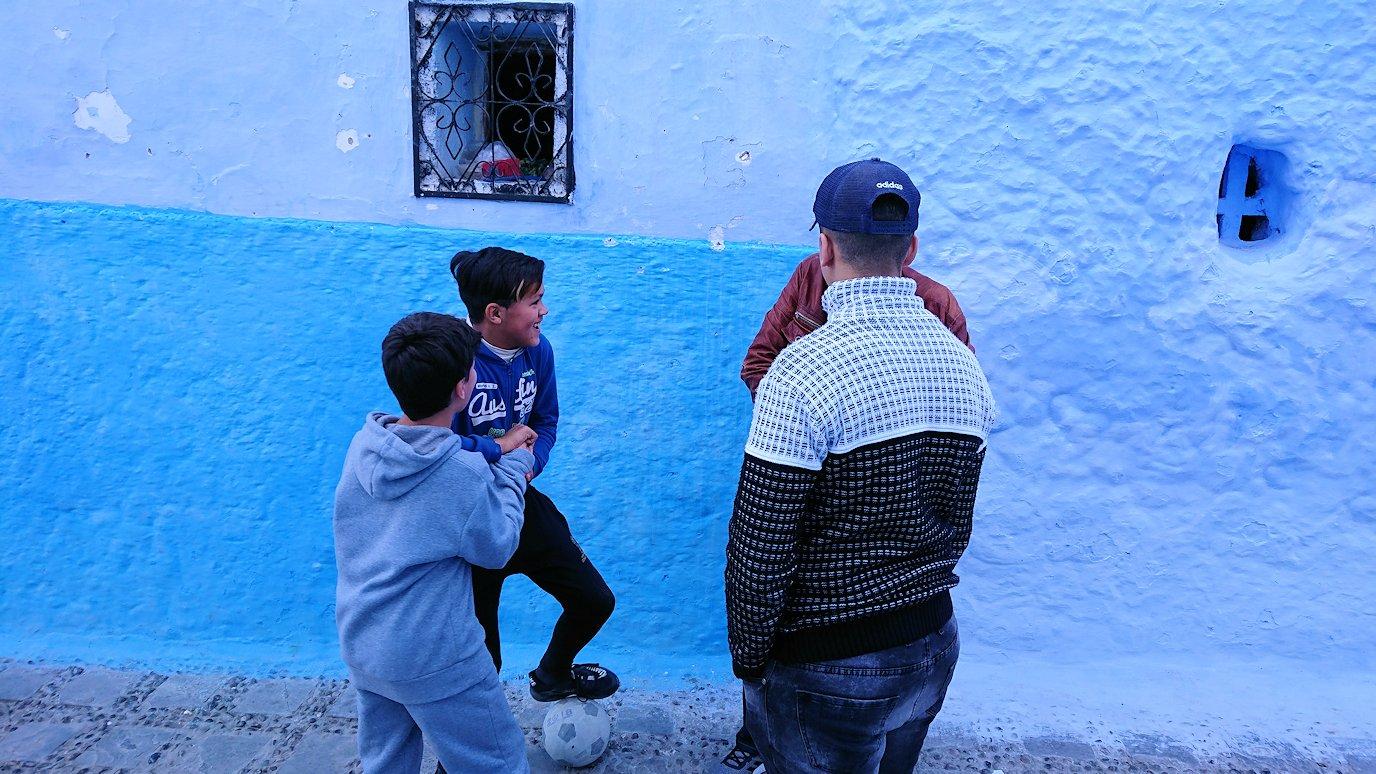 青い街シャウエンで歩き回って見つけた子供達