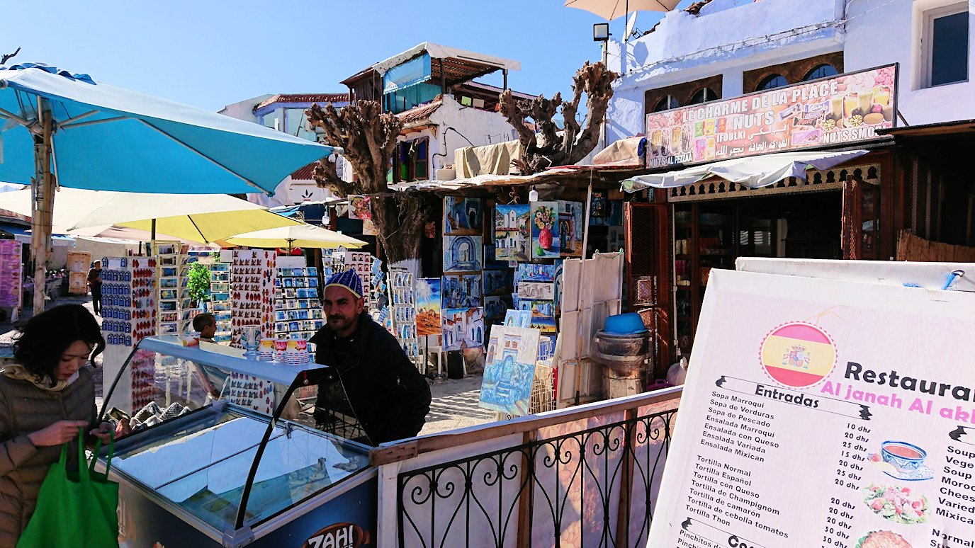 モロッコのシャウエンの街で辺りを歩きバスに戻る1