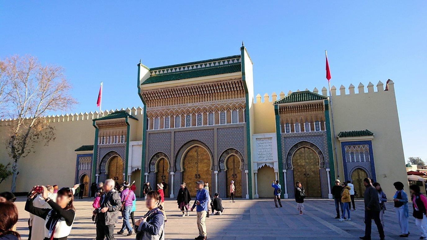 フェズのアラウィート広場にて王宮の正門を見学