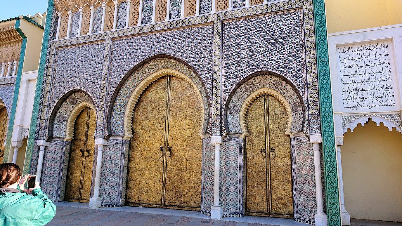 フェズのアラウィート広場にて王宮の正門を見学1