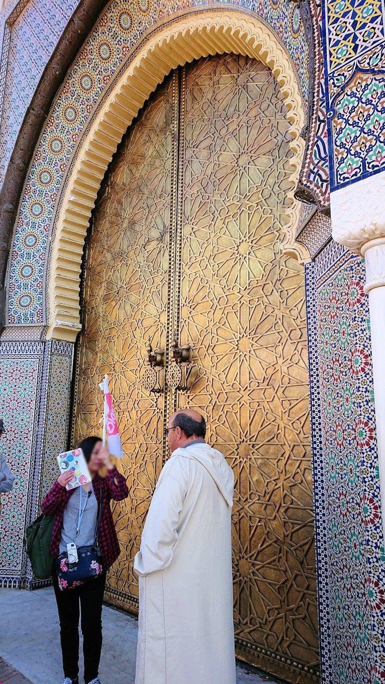 フェズのアラウィート広場にて王宮の正門を見学3