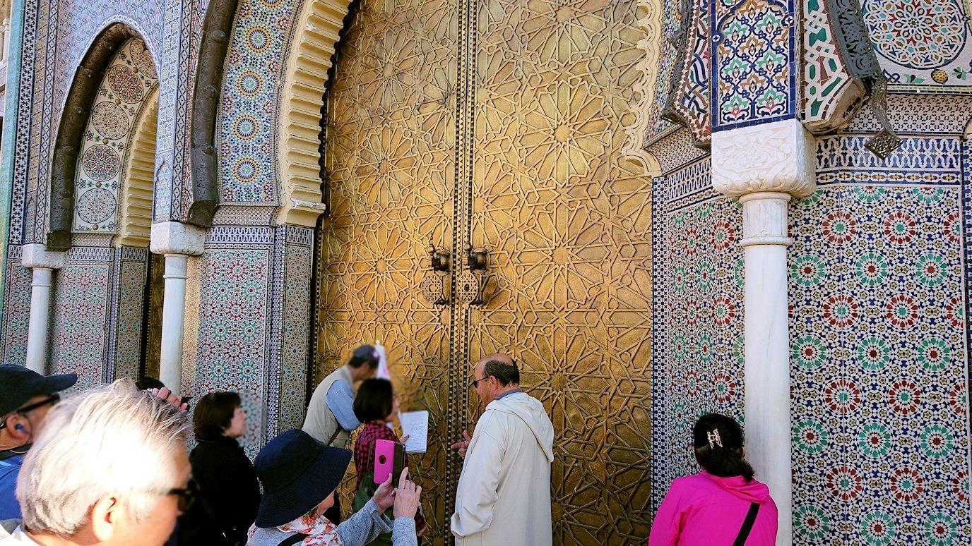 フェズのアラウィート広場にて王宮の正門を見学4