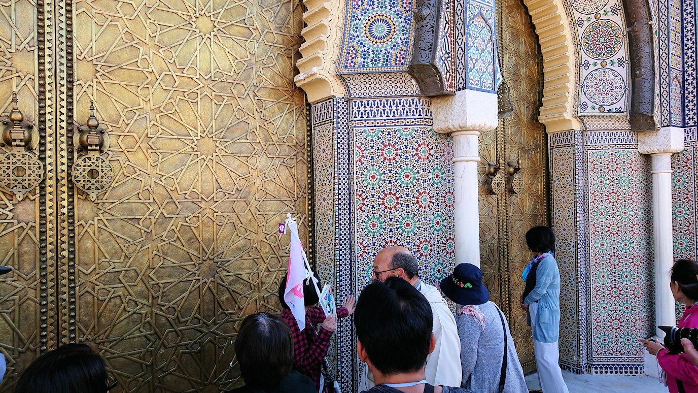 フェズのアラウィート広場にて王宮の正門を見学5