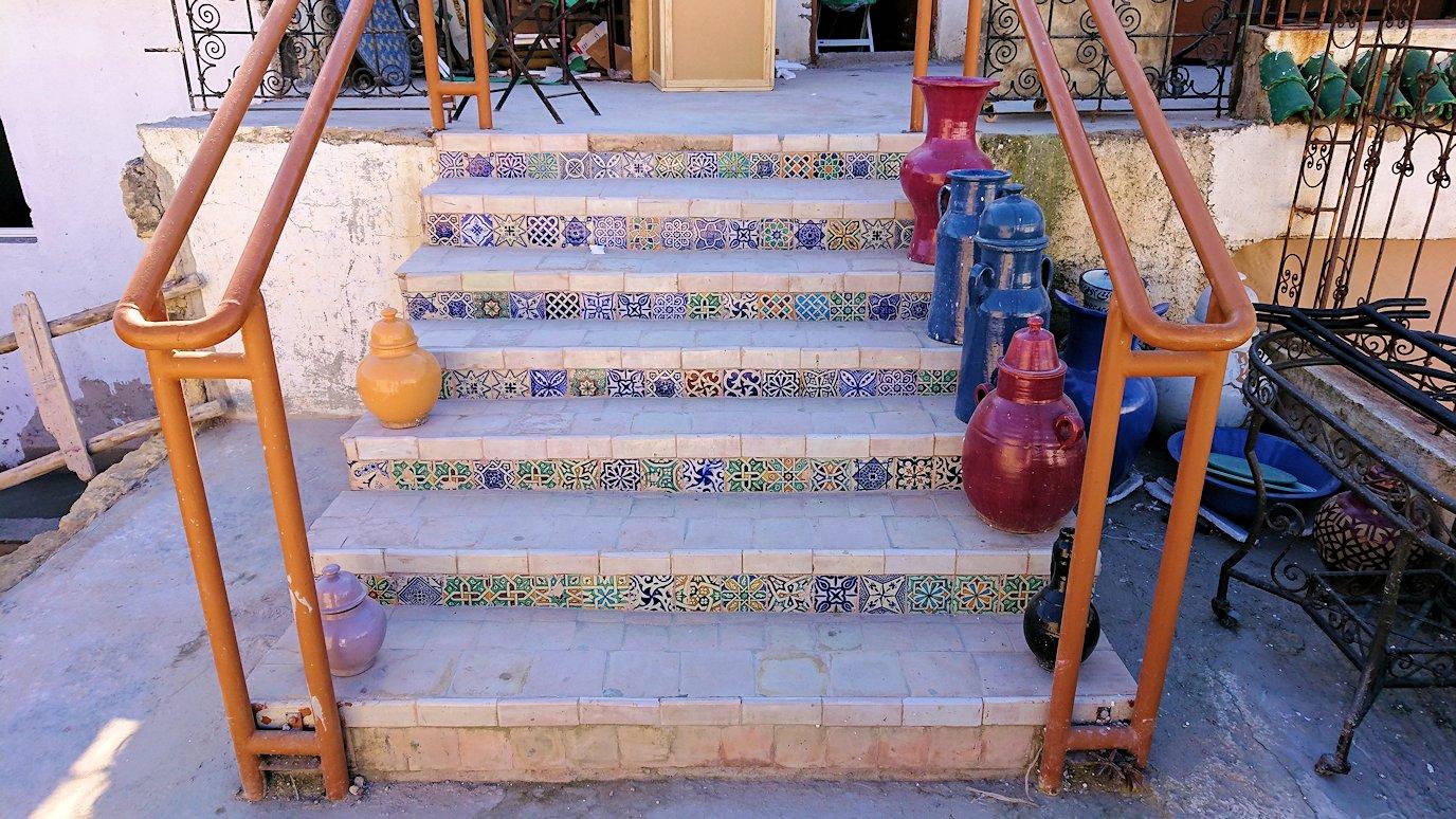 フェズの陶器工房の2階に上がる