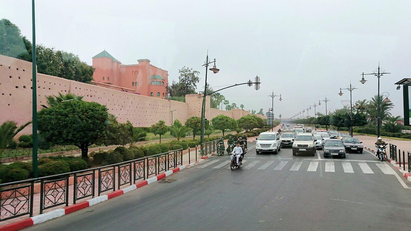 モロッコのマラケシュ市内でクトゥビア・モスクを目指す