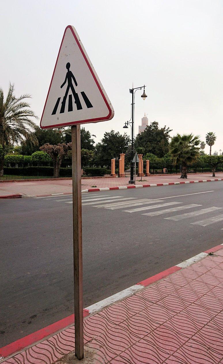 モロッコのマラケシュ市内でクトゥビア・モスクを目指す3