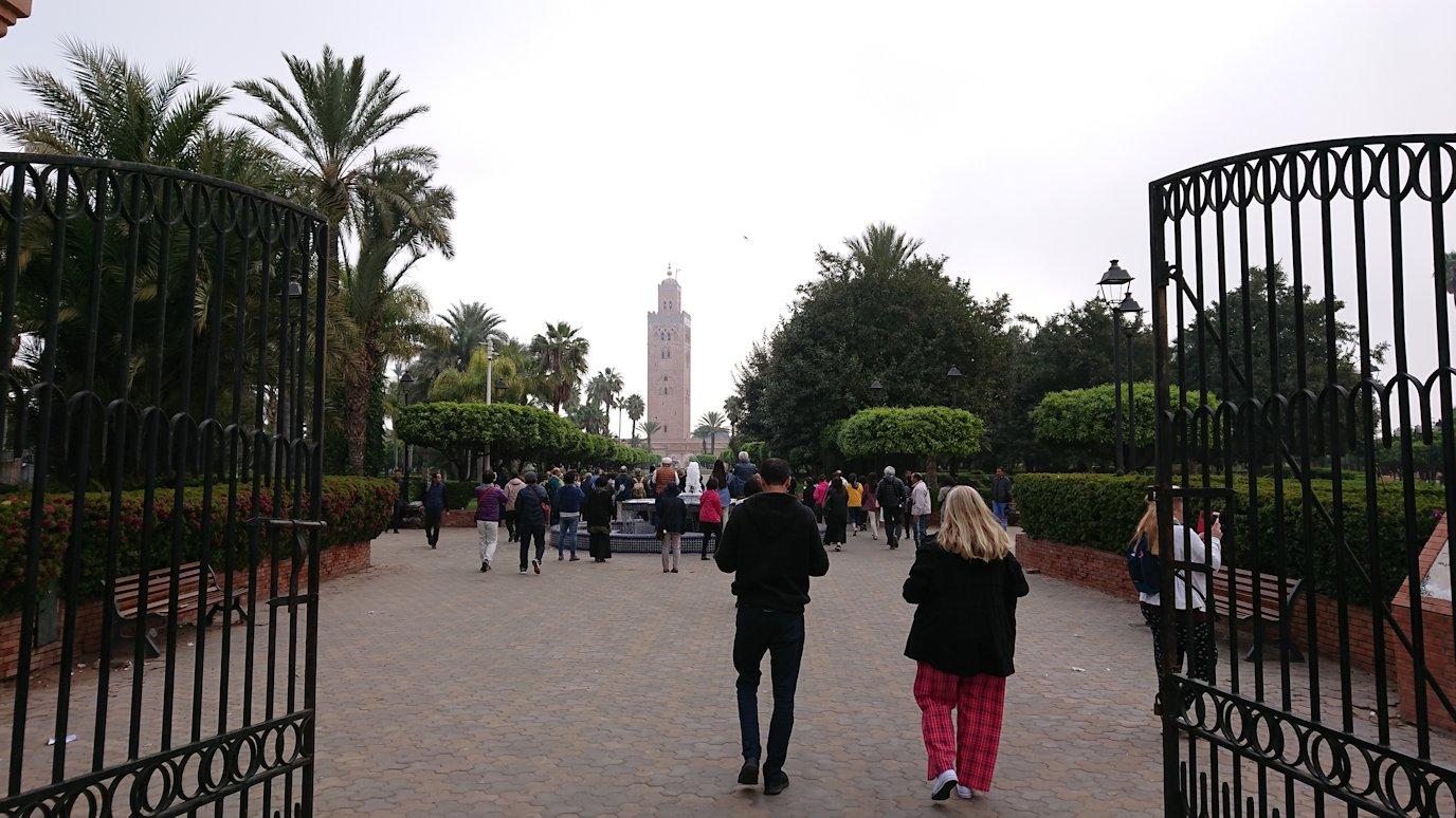 モロッコのマラケシュ市内でクトゥビア・モスクを目指す6