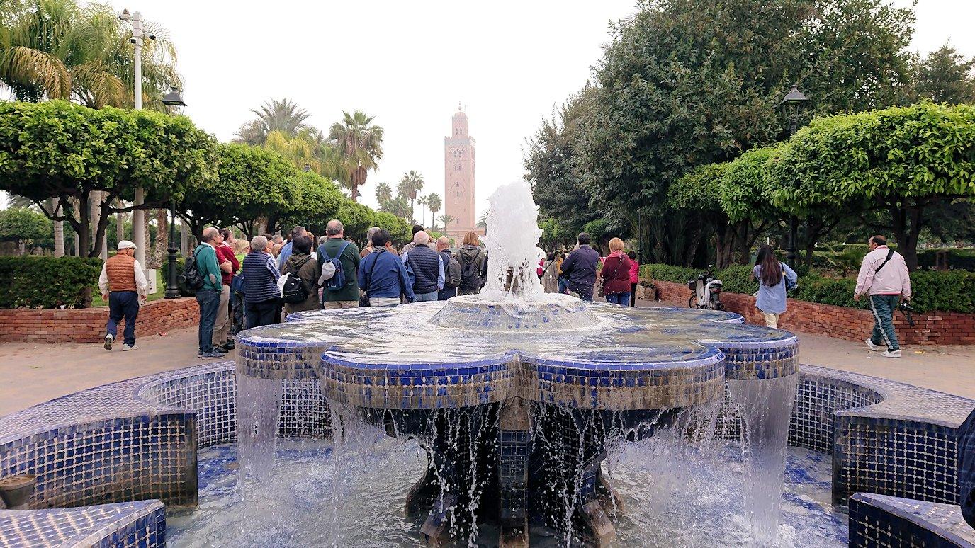 モロッコのマラケシュ市内でクトゥビア・モスクを目指す7