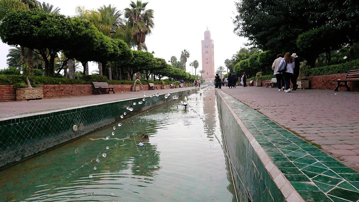 モロッコのマラケシュ市内でクトゥビア・モスクを目指す9