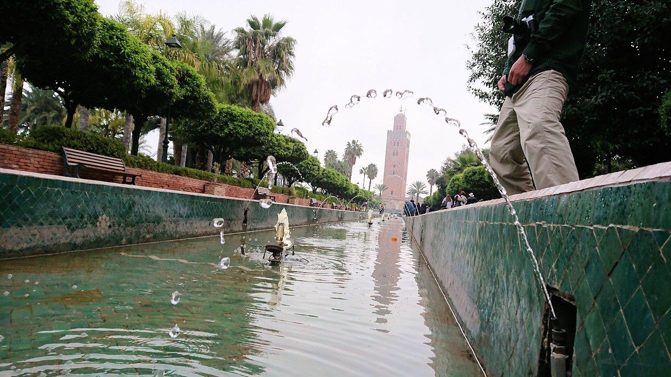 モロッコのマラケシュ市内でクトゥビア・モスクを見物