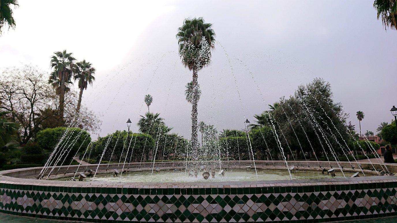 モロッコのマラケシュ市内でクトゥビア・モスクを近くで眺める1