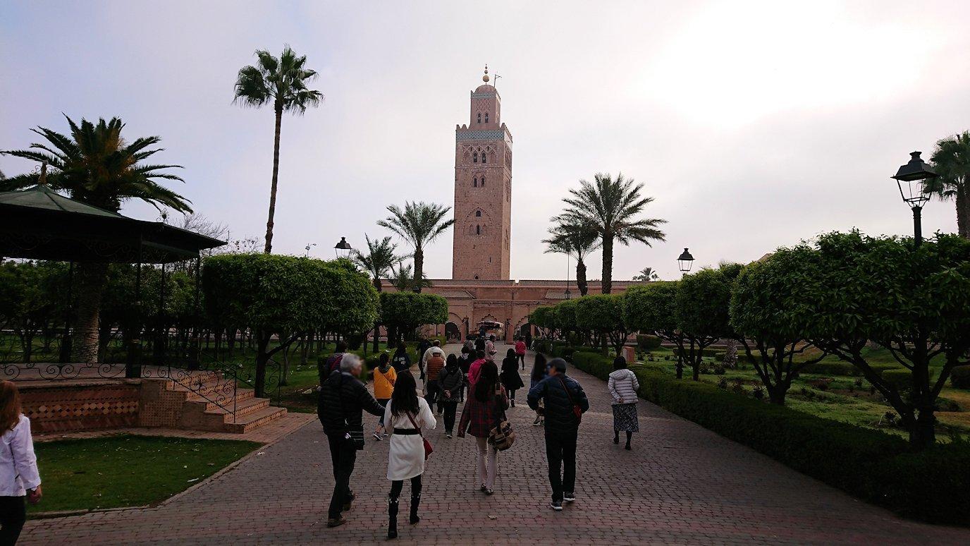 モロッコのマラケシュ市内でクトゥビア・モスクを近くで眺める3