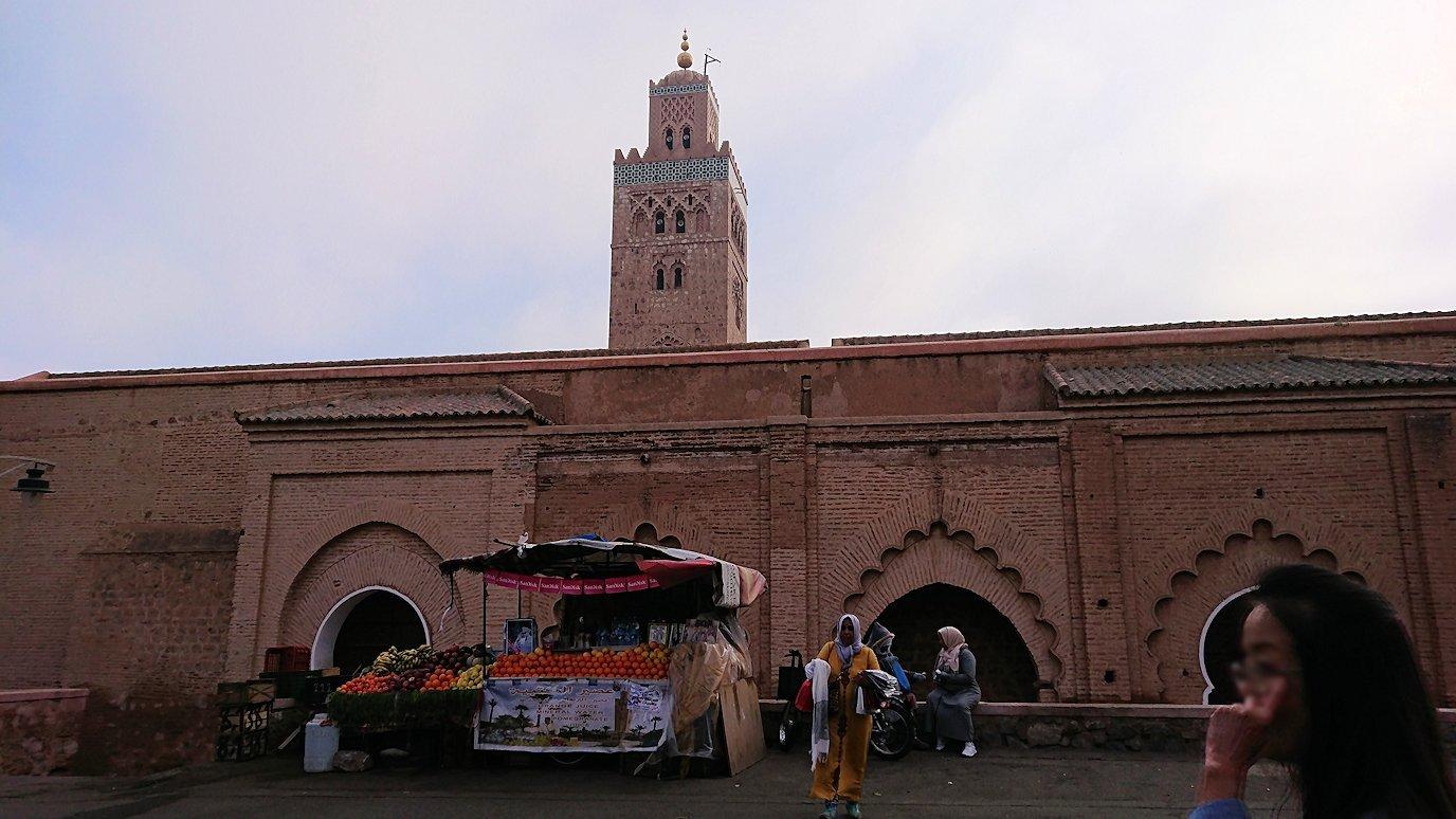 モロッコのマラケシュ市内でクトゥビア・モスクを近くで眺める5