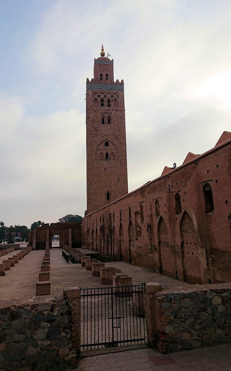 モロッコのマラケシュ市内でクトゥビア・モスクを近くで眺める6