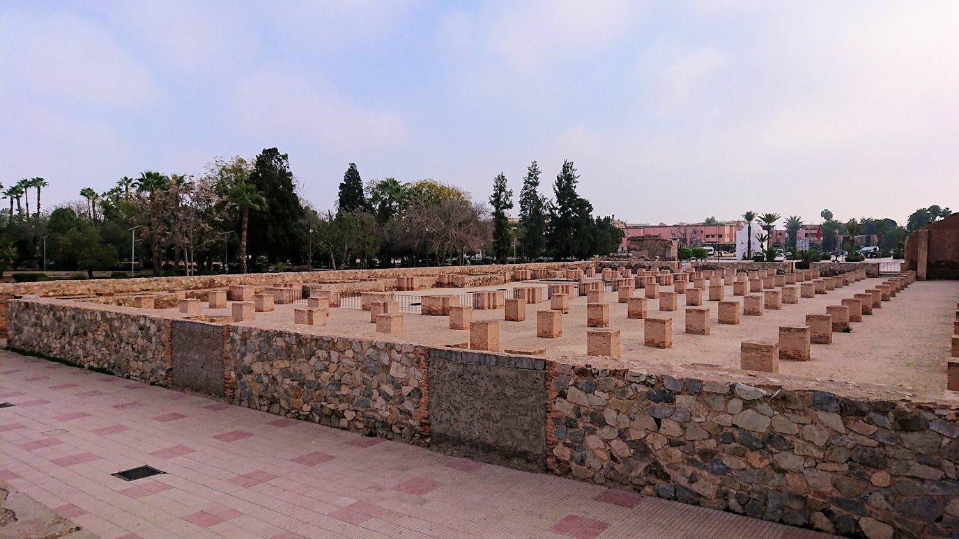 モロッコのマラケシュ市内でクトゥビア・モスクを近くで眺める8
