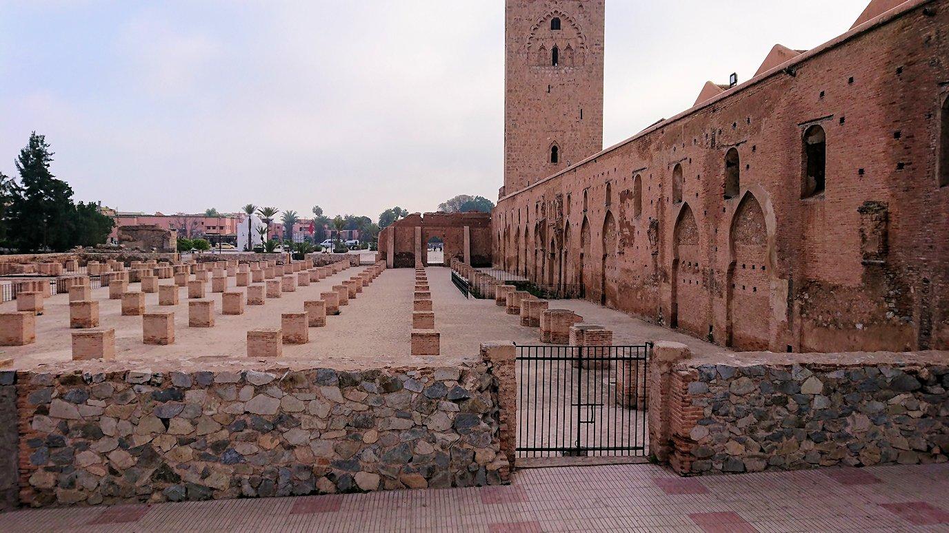 モロッコのマラケシュ市内でクトゥビア・モスクを近くで眺める9