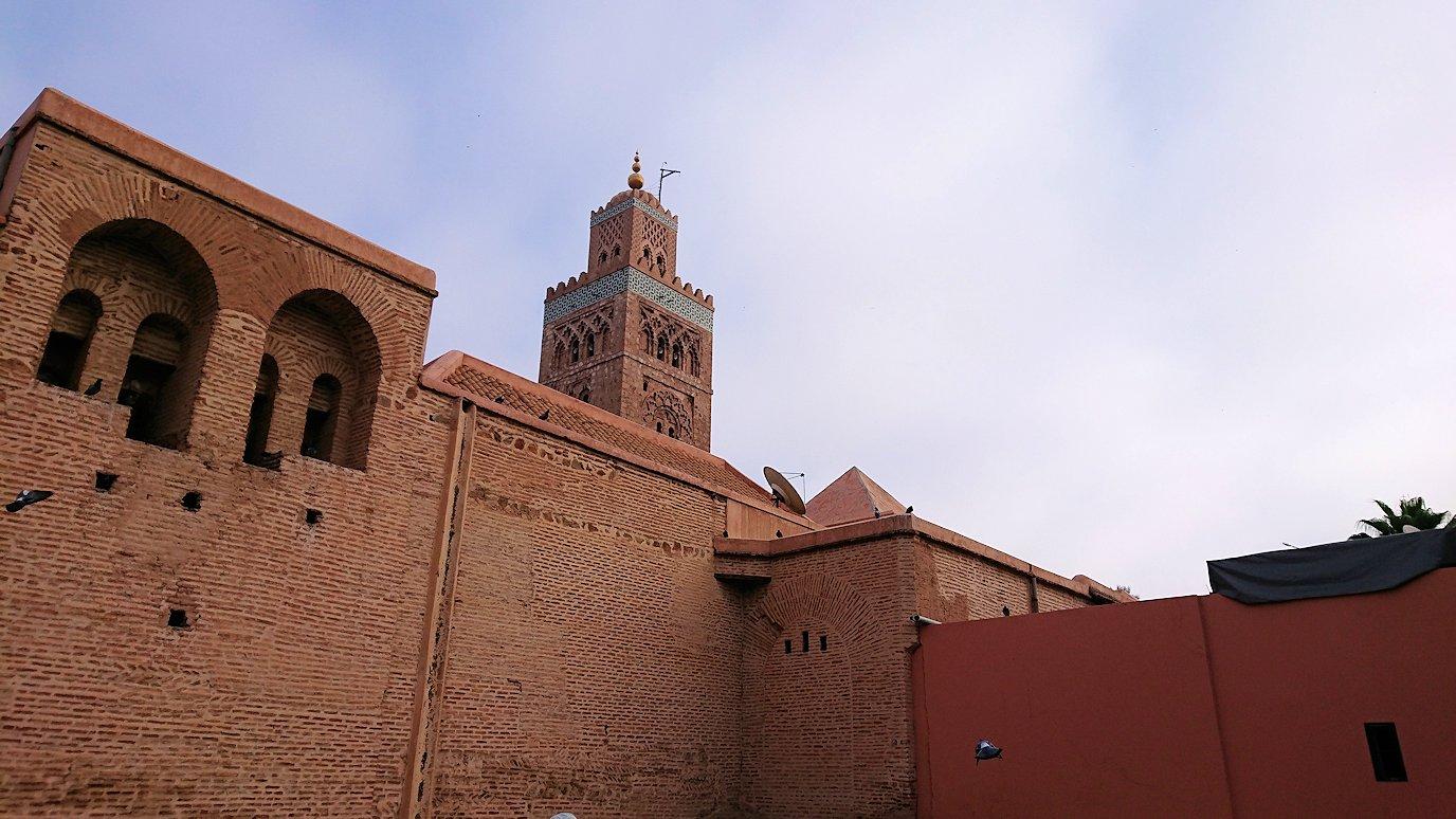モロッコのマラケシュ市内でクトゥビア・モスク付近の公園の景色