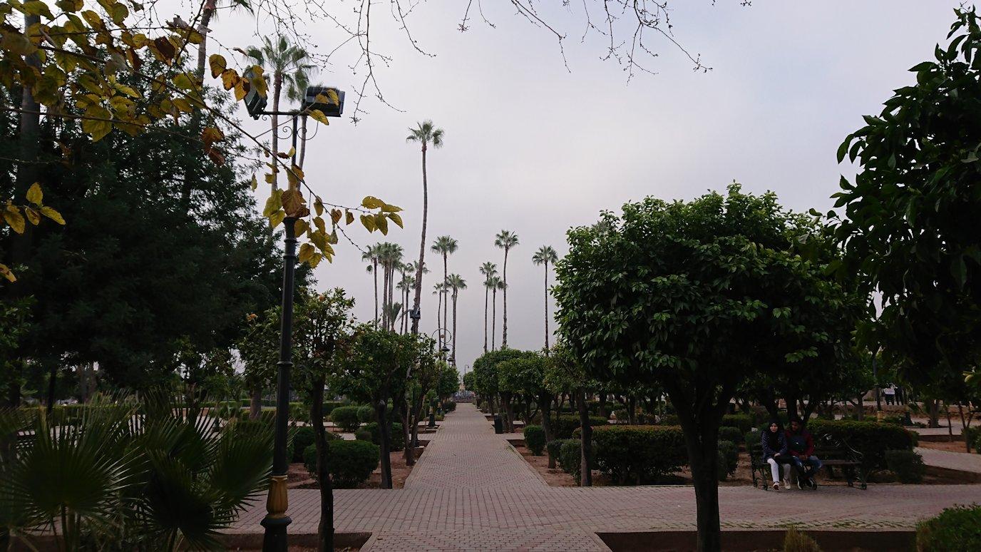 モロッコのマラケシュ市内でクトゥビア・モスク付近の公園の景色2