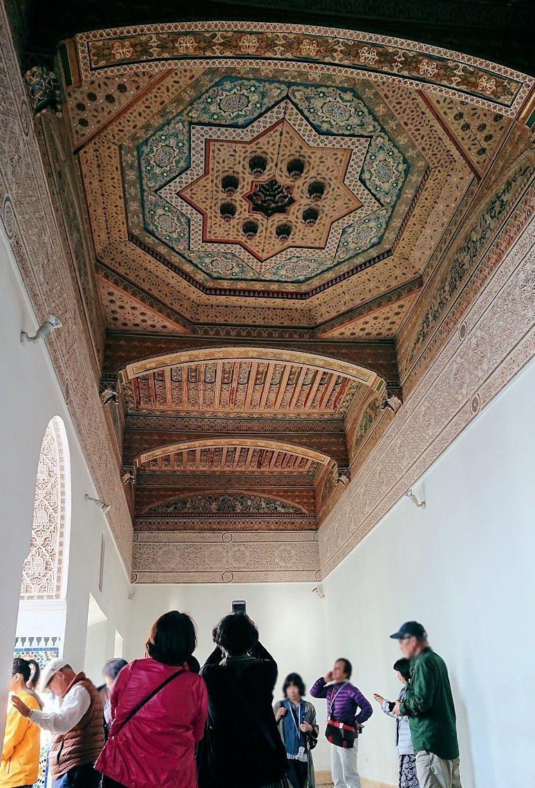 モロッコのマラケシュでバヒア宮殿内を探索する