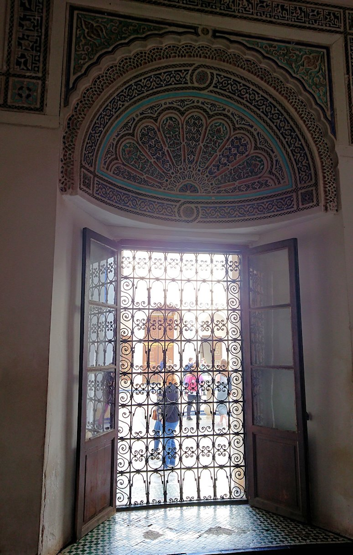 モロッコのマラケシュでバヒア宮殿内を探索する1