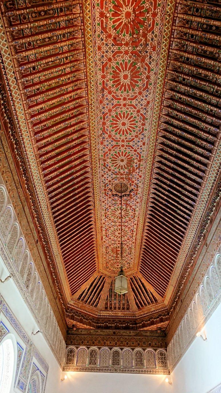 モロッコのマラケシュでバヒア宮殿内を探索する2