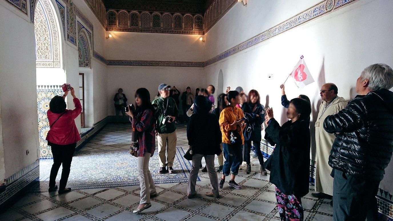 モロッコのマラケシュでバヒア宮殿内を探索する3