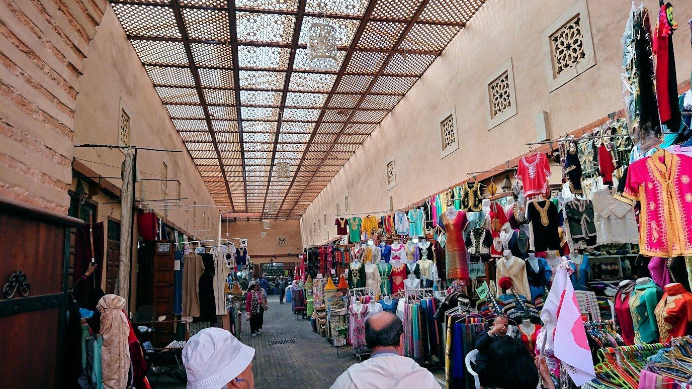 モロッコのマラケシュでバヒア宮殿の周辺で猫の撮影に夢中7