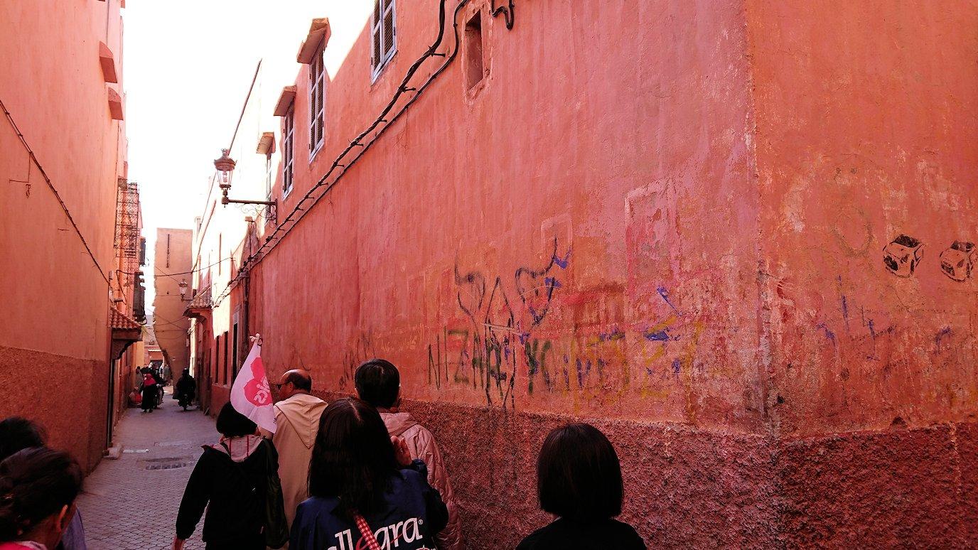 モロッコのマラケシュでバヒア宮殿から次の目的地に移動途中のメディナにて1