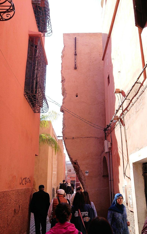モロッコのマラケシュでバヒア宮殿から次の目的地に移動途中のメディナにて2