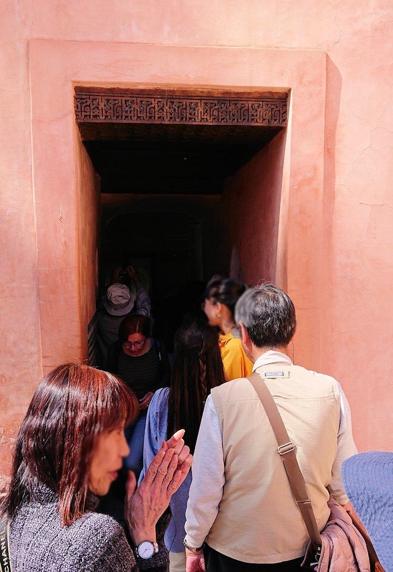 モロッコ・マラケシュのサアード朝の墓跡で長い順番待ちに並ぶ4