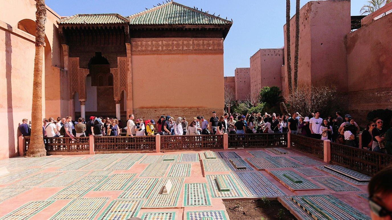 モロッコ・マラケシュのサアード朝の墓跡で長い順番待ちに並ぶ5