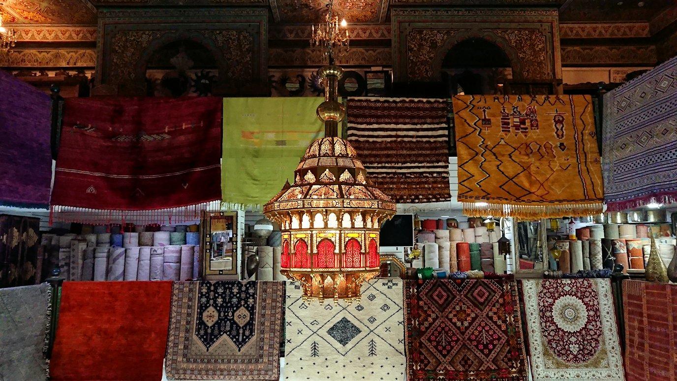 モロッコ・マラケシュのサアード朝近くの総合お土産物店の様子