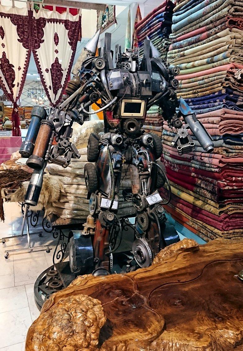 モロッコ・マラケシュのサアード朝近くの総合お土産物店の様子1
