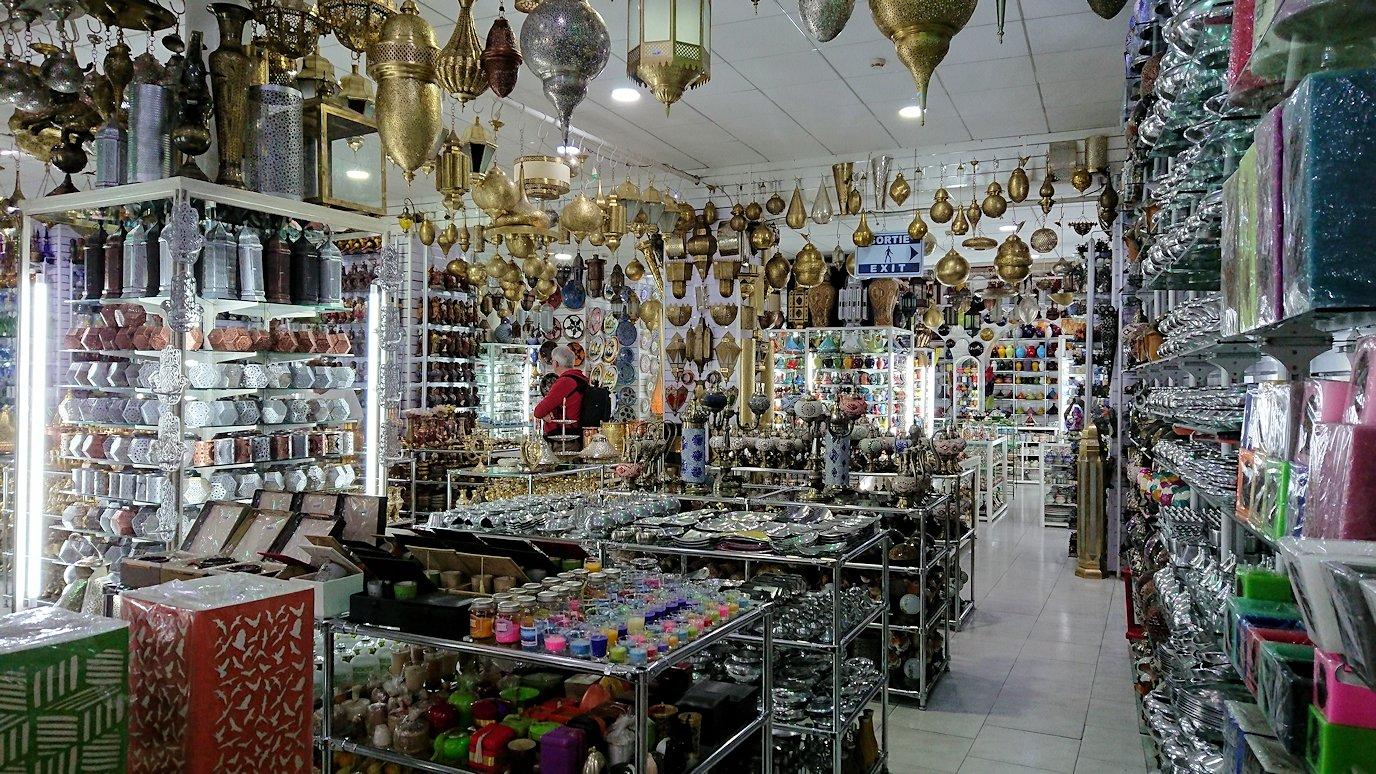 モロッコ・マラケシュのサアード朝近くの総合お土産物店の様子4