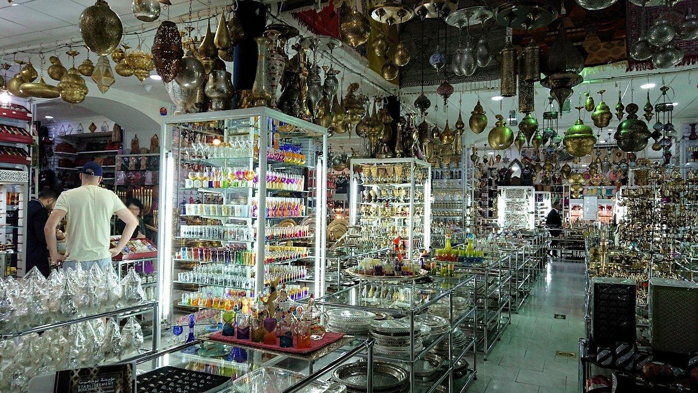 モロッコ・マラケシュのサアード朝近くの総合お土産物店の様子5