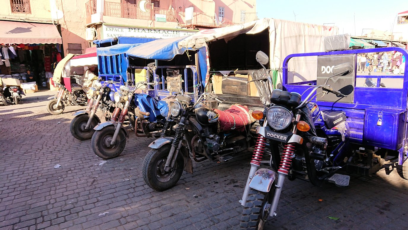 モロッコ・マラケシュでジャマ・エル・フナ広場に近づく3