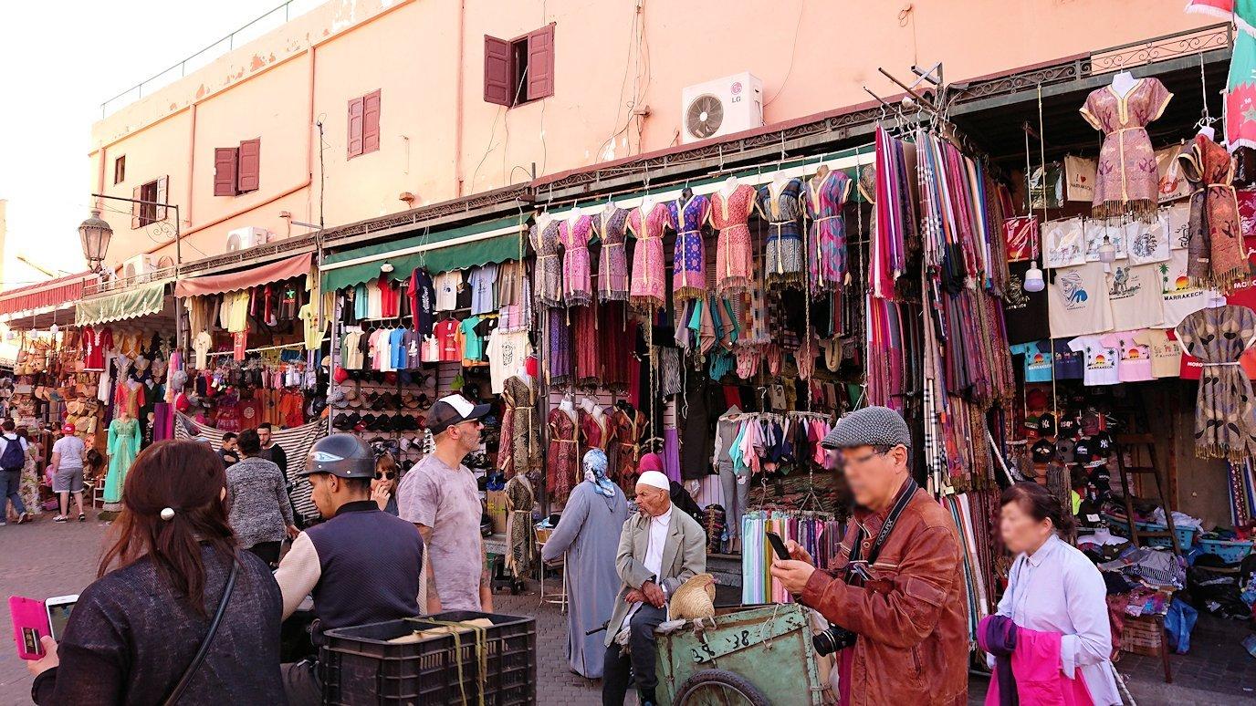 モロッコ・マラケシュでジャマ・エル・フナ広場に近づく4