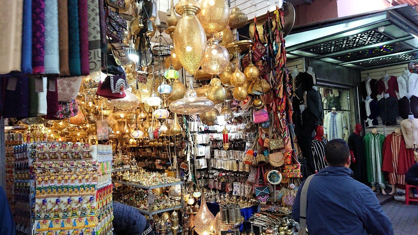 モロッコ・マラケシュでジャマ・エル・フナ広場に近づく8