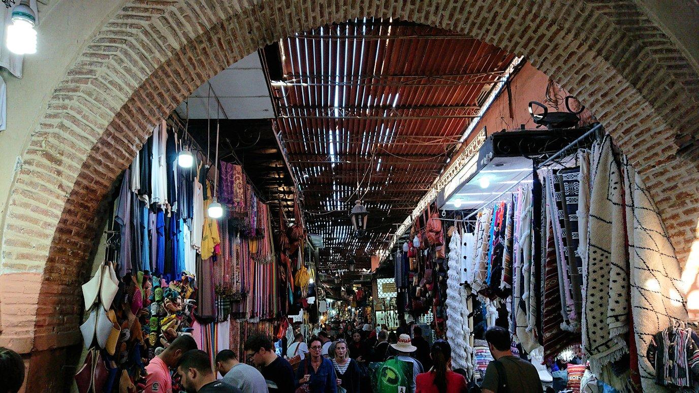 モロッコ・マラケシュでジャマ・エル・フナ広場に続く路地の様子1